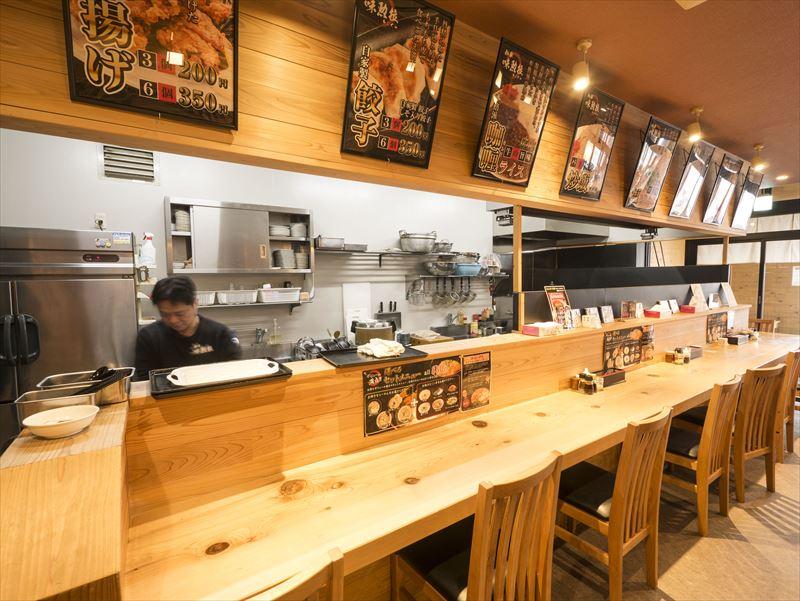 新潟市中央区の徳島風らーめん店、麺屋味勲拉(あじくら)店内カウンター